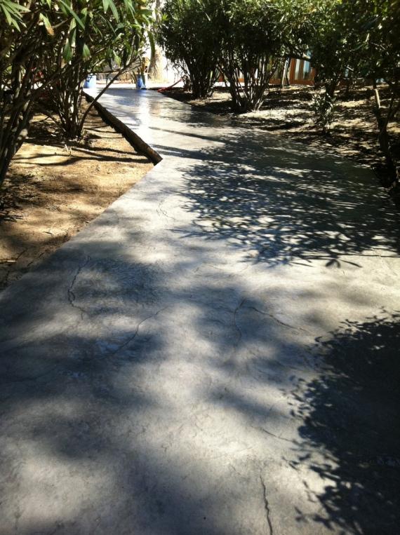 chemin en béton décoratif extérieur en Corse imprimé roche, béton revêtement : résistance aux chocs, au gel et aux uv. rapidité d'execution et de séchage