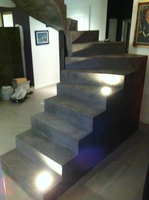 BETON DESIGN ciré en Corse, écologique, acoustique, lumineux dans un escalier. facile d'entretien et très resistant.Rénovation ou constuction nouvelle, il est beau