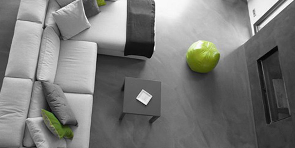 """Béton décoratif ciré en Corse dans un salon, les murs sont en béton ciré spatulé et les sols sont en béton ciré coulé,auto-lissant et auto-nivelant.Rénovation intérieure sur carrelage, projet réalisé """"sur mesure"""" oléofuge,hydrofuge,sans fissure,sans joints,raffiné, lumineux, satiné, confortable à la vue et au toucher. Economique et écologique,le béton ciré millimétrique est facile d'entretien avec une rapidité d'exécution et de séchage,se pose sur des planchers chauffants ou rafraîchissant. On a revisité cet espace à vivre avec ce matériau idéal, où les délais d'exécution et de livraison ont été respecté puisque notre priorité est votre satisfaction.L'étude personnalisée  et le devis ont été réalisé gratuitement afin de respecter la demande et qu'elle s'intègre harmonieusement à votre maison"""